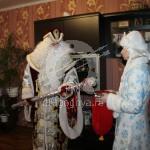Дед мороз превращает прищепки в конфеты