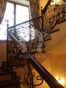 Кованая лестница с витражным стеклом