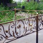 Ритуальная оградка с коваными розами