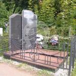 Памятник с кованым ограждением